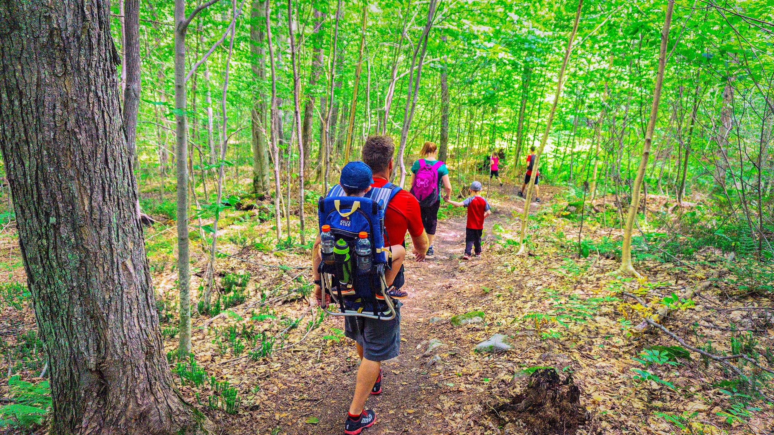 Famille en randonnée à la Montagne Noire à Saint-Donat