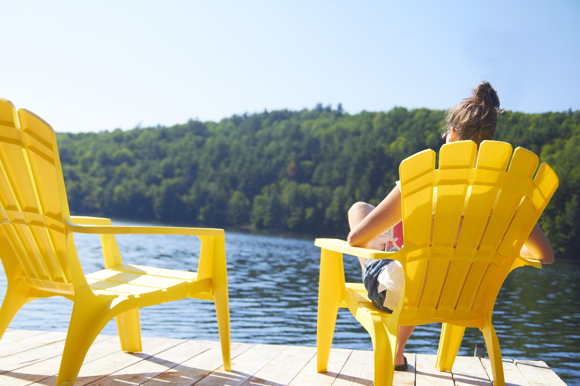 Relaxer sur le bord de l'eau chez Chalets Lanaudière