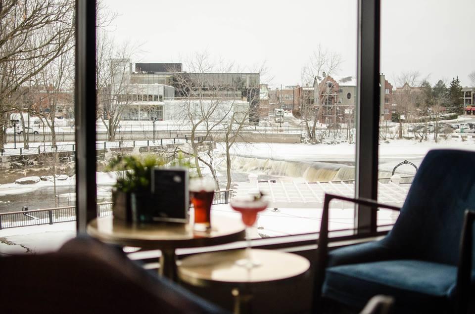 Bar avec vue sur la riviere de l'Hotel Chateau Joliette