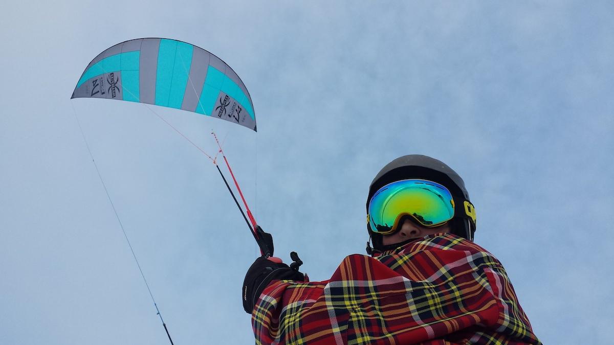 Le paraski, une activité à faire à Terrebonne avec votre équipement de ski alpin et une voile de traction.