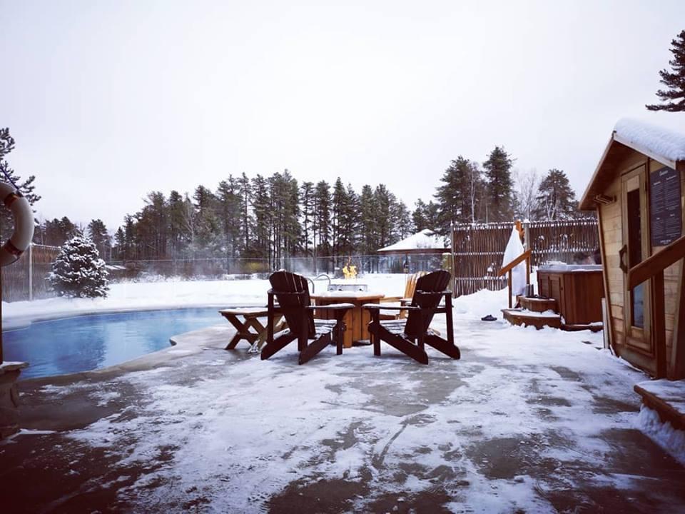 Piscine extérieure en hiver à l'Auberge du Lac Taureau