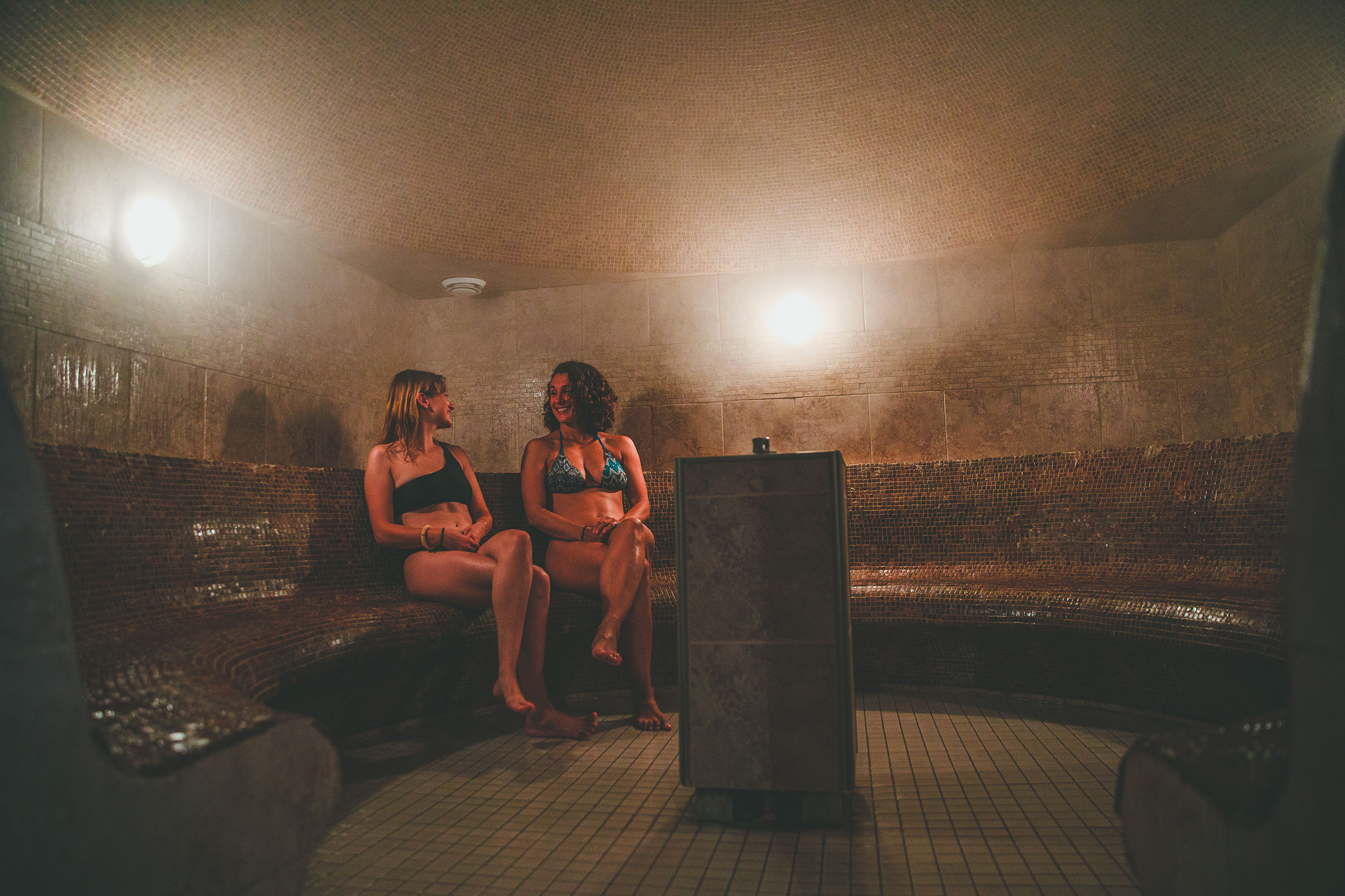 Deux filles dans le bains turcs au Spa Natur'Eau