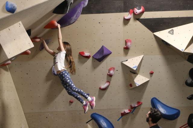 Petite fille faisant de l'escalade