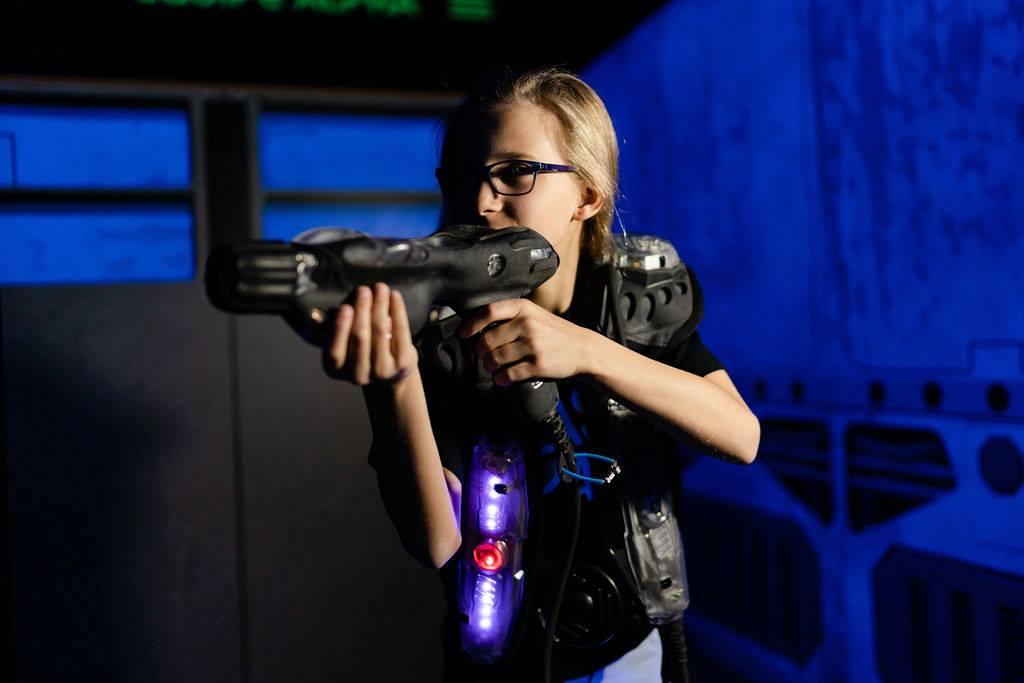 Fille qui joue au laser chez Laser Action