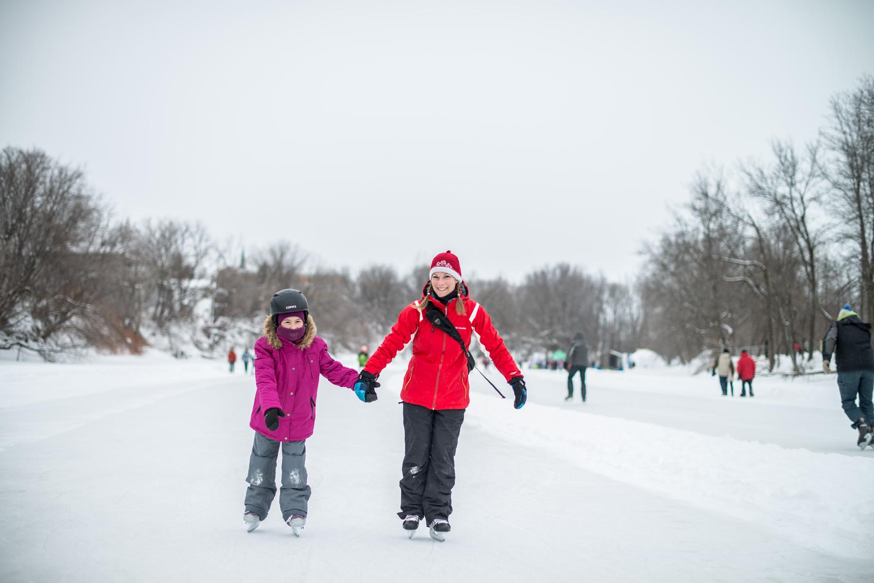 Deux filles sur la patinoire de la rivière L'Assomption